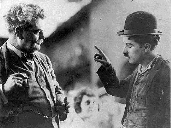Чарли Чаплин общается с Грэнвиллем Рэдмондом на языке глухонемых