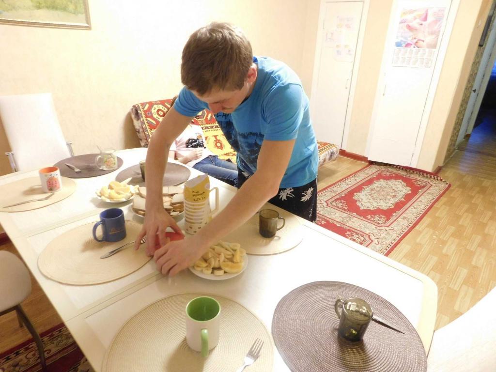 Игорь накрывает на стол
