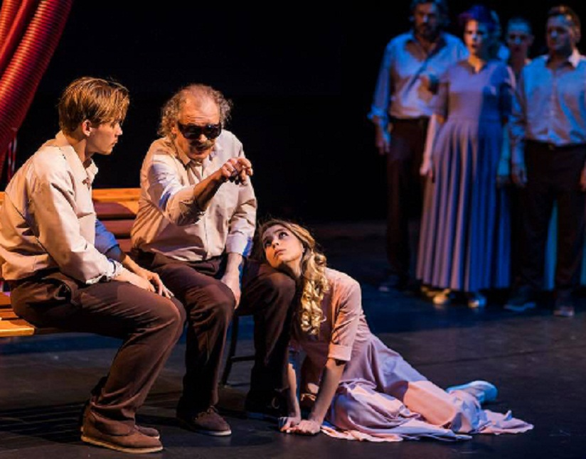 Актеры инклюзивного театрального проекта Прикасаемые (исполнительный продюсер - Виктория Виолло-Авдеева) на сцене
